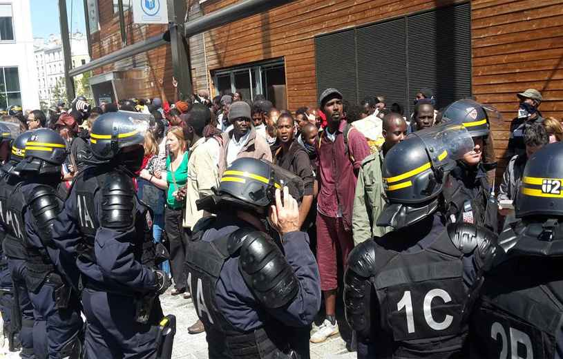 Les migrants, matraqués à Paris, noyés en Méditerranée, électrocutés à Calais