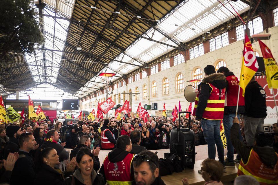 Macron poursuit son offensive grâce aux directions syndicales